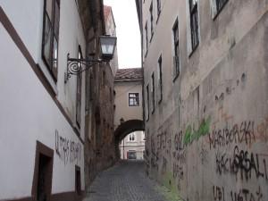 Sikátor a főtér közelében (Sajnos a falfirka itt is divat)